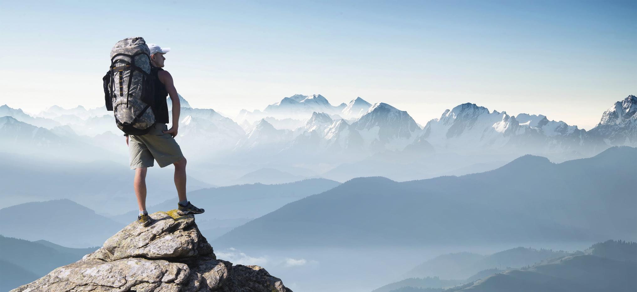 Man met rugzak geniet in vrijheid van mooie natuur
